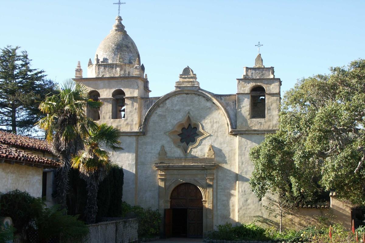 Misión de San Carlos Borromeo, donde está enterrado Fray Junípero.