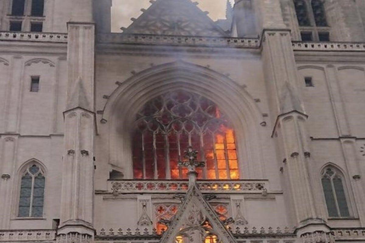 Las llamas salieron desde el rosetón de la Catedral de San Pedro y San Pablo. Foto: Agencias