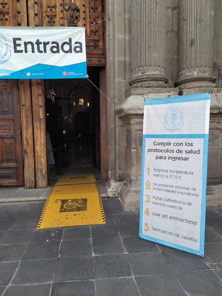 Un letrero muestra las indicaciones sanitarias a la entrada de la Catedral Metropolitana. Foto: Desde la fe.