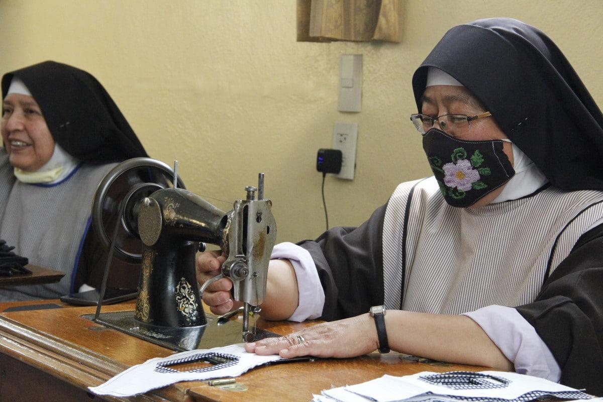 Cerca de 18 hermanas clarisas participan en el diseño y confección de los cubrebocas. Foto: Javier Juárez