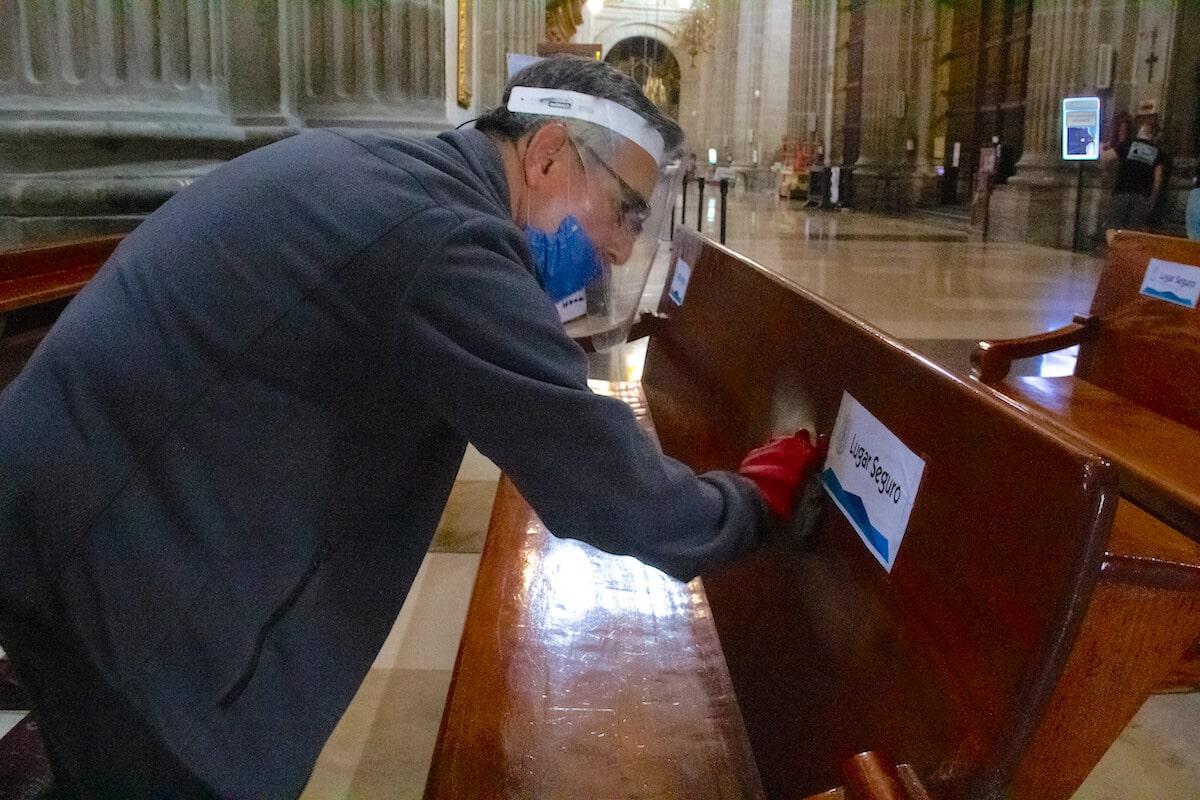 Las bancas de la Catedral de México son desinfectadas constantemente para prevenir el contagio de COVID-19. Foto: Javier Juárez