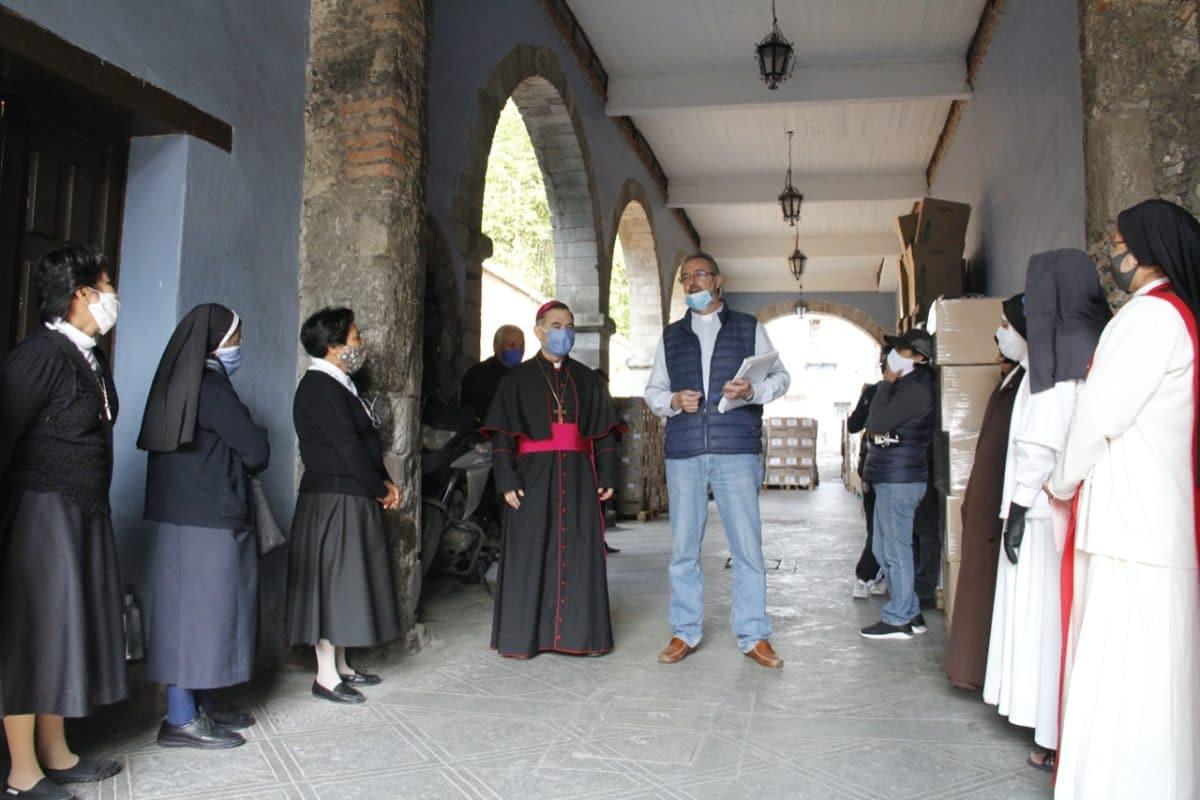 Debido a la situación apremiante originada por la pandemia, la Vicaría de Laicos de la Arquidiócesis de México comenzó a repartir despensas a sacerdotes y religiosas. Foto: Javier Juárez/APM