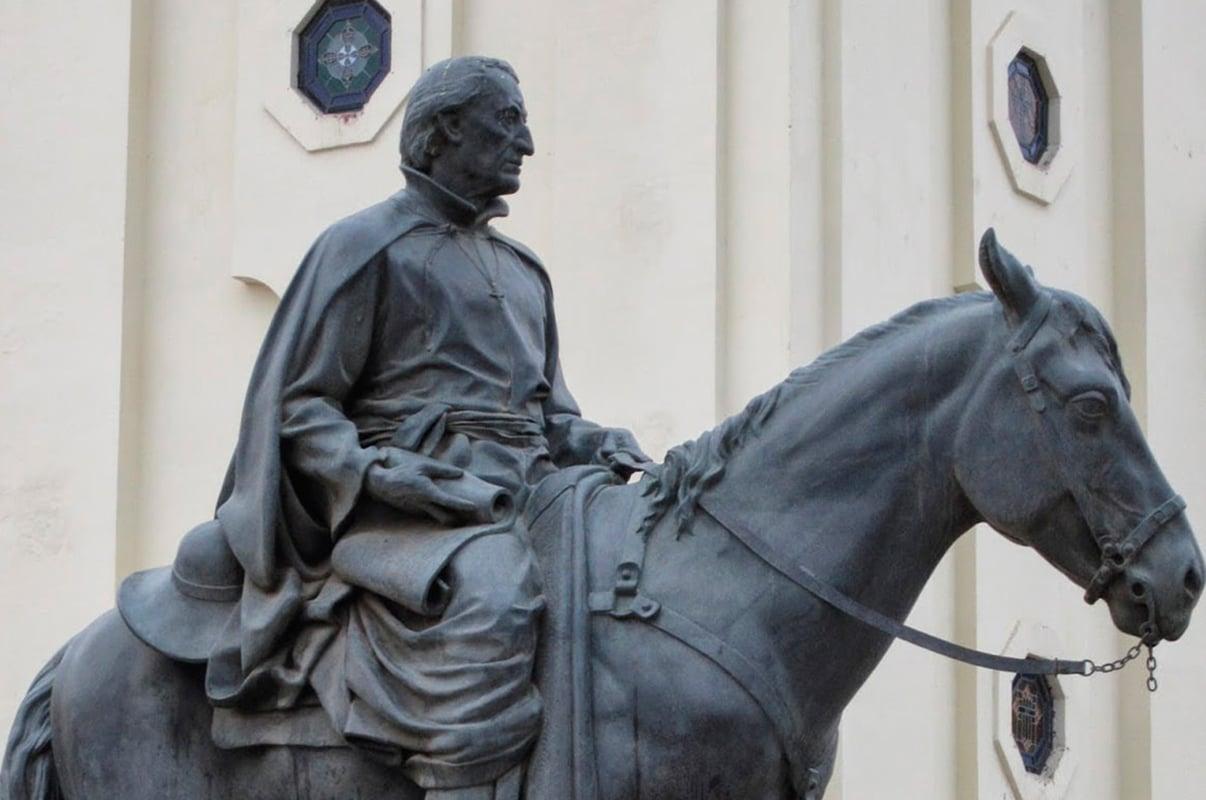 Estatua del padre Kino, se le suele representar con un caballo por ser la forma en que se trasladaba en sus misiones. Foto: Ibero Puebla.