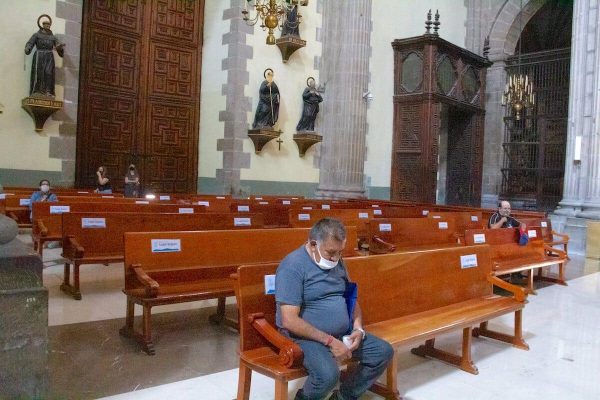 Feligreses respetan la sana distancia y oran al interior de la Catedral Metropolitana de México. Foto: Javier Juárez