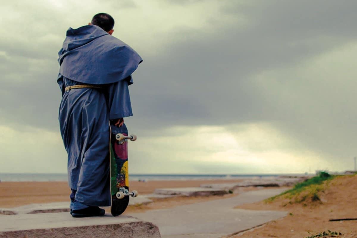 Fray Gabriel evangeliza con la ayuda de su patineta, su pasatiempo favorito. Foto: