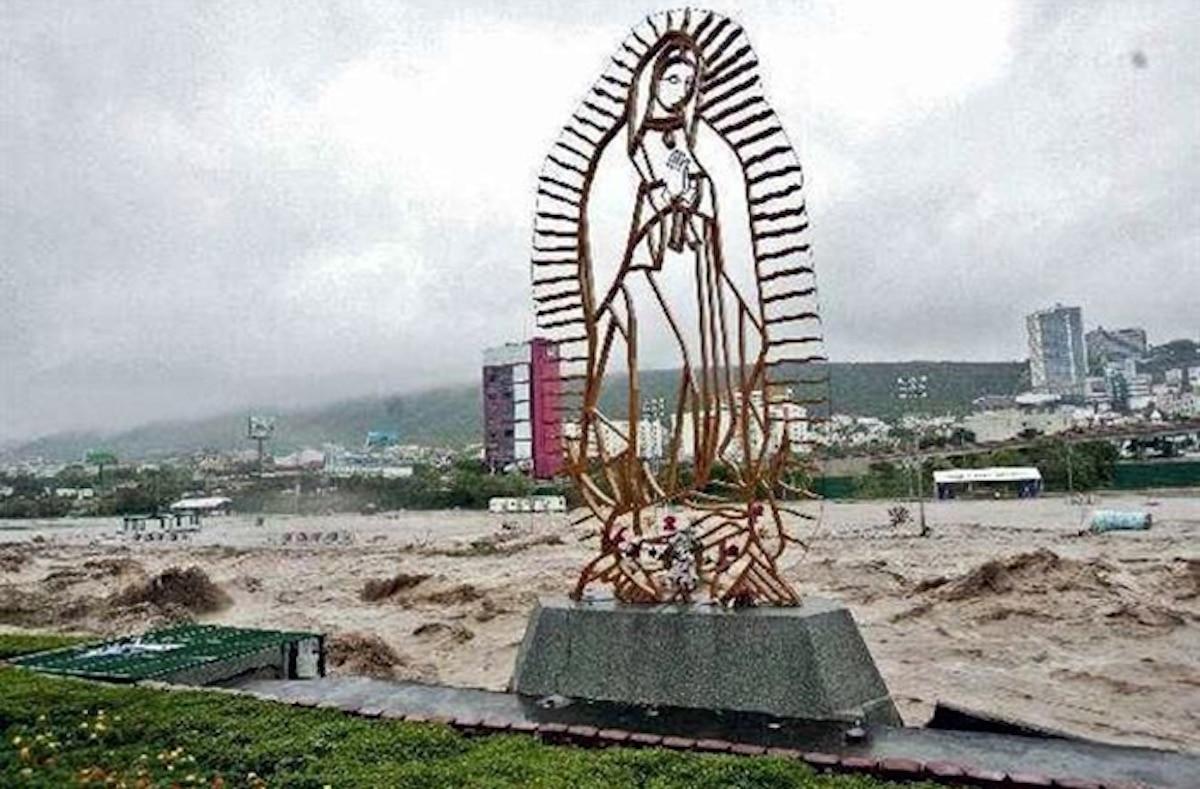 """Así estaba instalada originalmente la escultura, antes de que las crecientes de """"Alex"""" la arrastraran y sepultaran."""