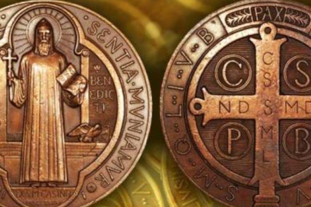 En la medalla de san Benito está acuñada la cruz, signo de los exorcismos.