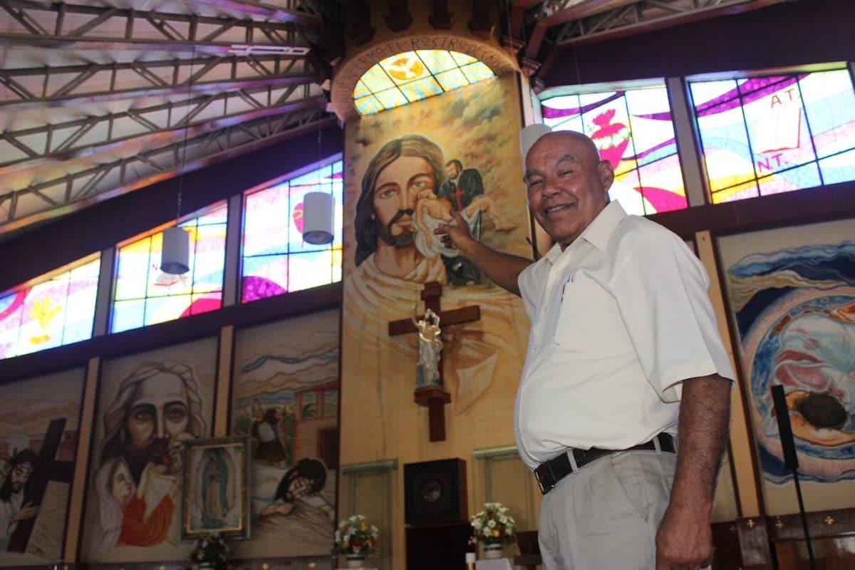 El padre Roberto muestra la imagen de san Camilo Lelis, Servidor de los enfermos. Foto: DLF