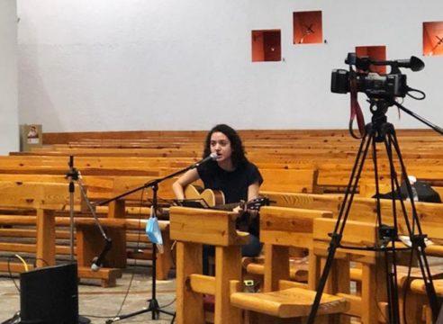 Lucero Ross, la joven cantante de la Misa diaria por internet