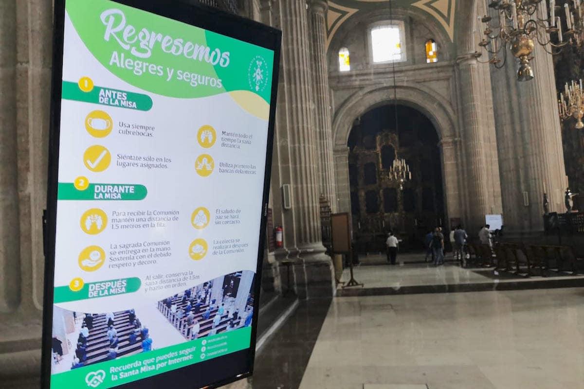 Cartel que señala medidas sanitarias al interior de la Catedral de México.