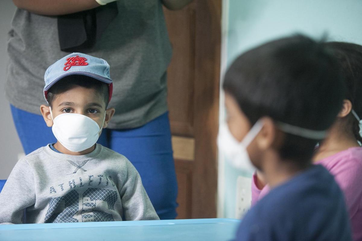 Los padres y maestros deben fomentar el uso de cubrebocas en los niños. Foto: UNICEF
