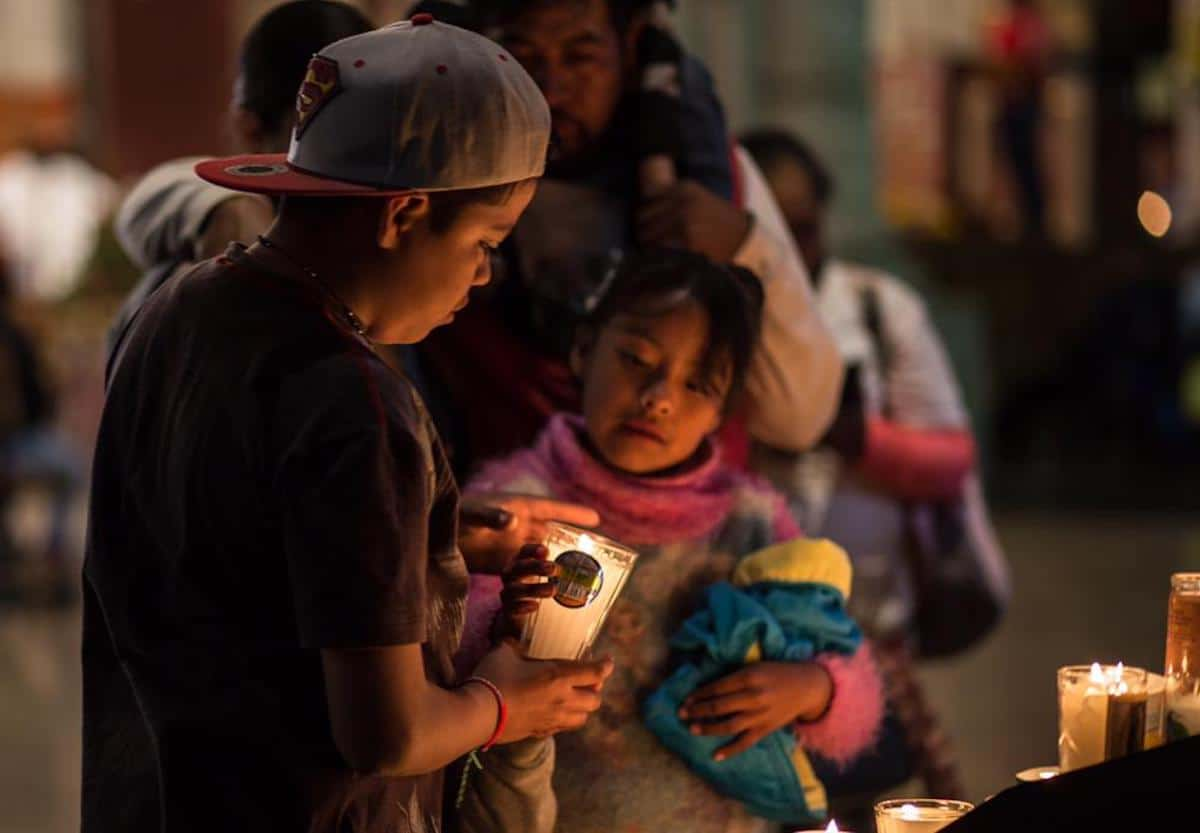 Dos niños encienden una vela en la Basílica de Guadalupe. Foto: María Langarica