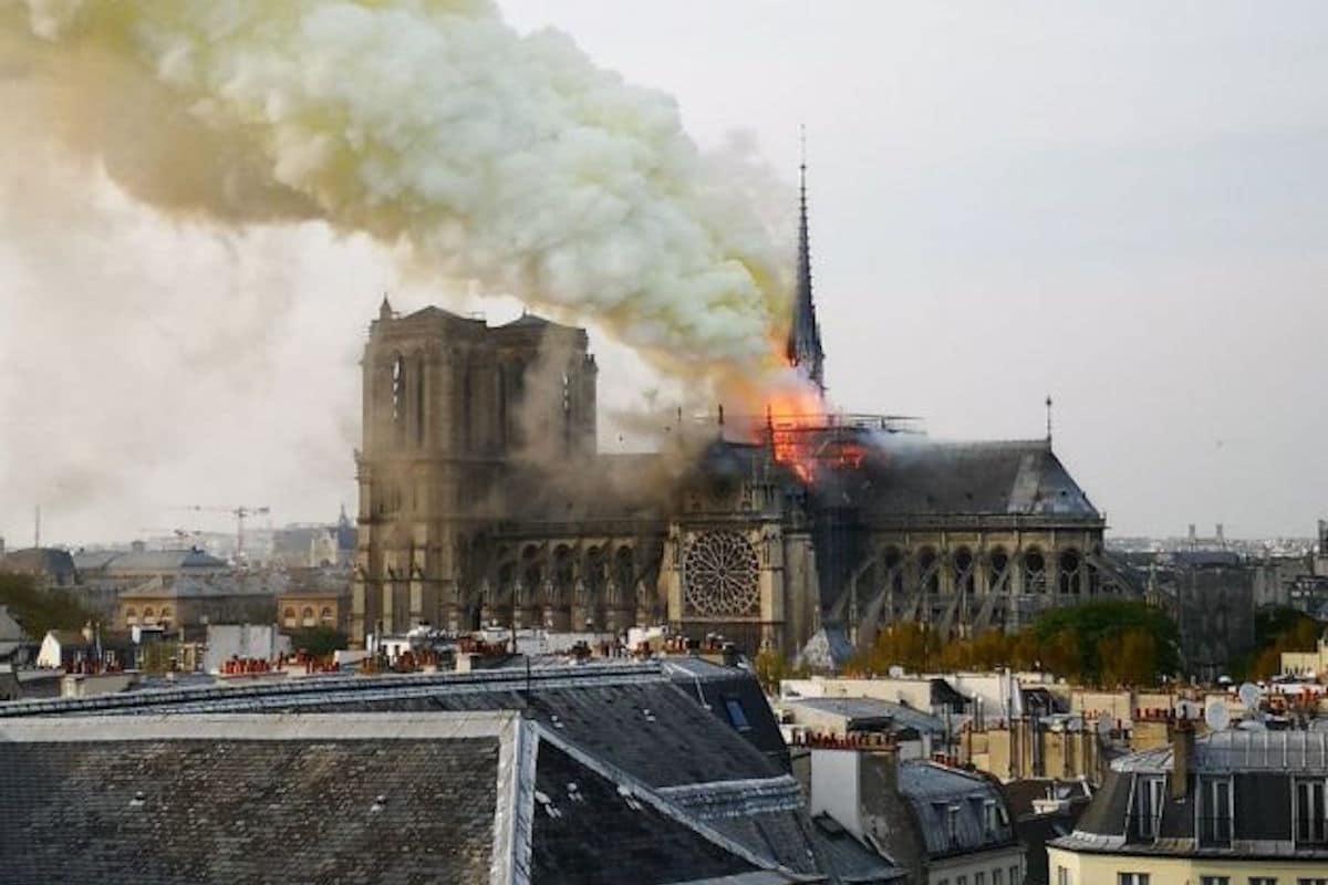 Incendio en la Catedral de Notre Dame el 15 de abril de 2019. Foto: Twitter @SettembriniG