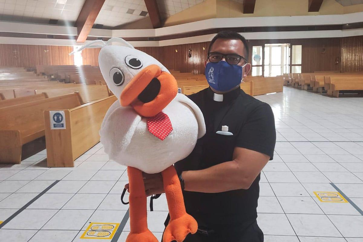 El Padre Pato y el pato Raúl trabajan para los niños. Foto: Cortesía P. José Salinas