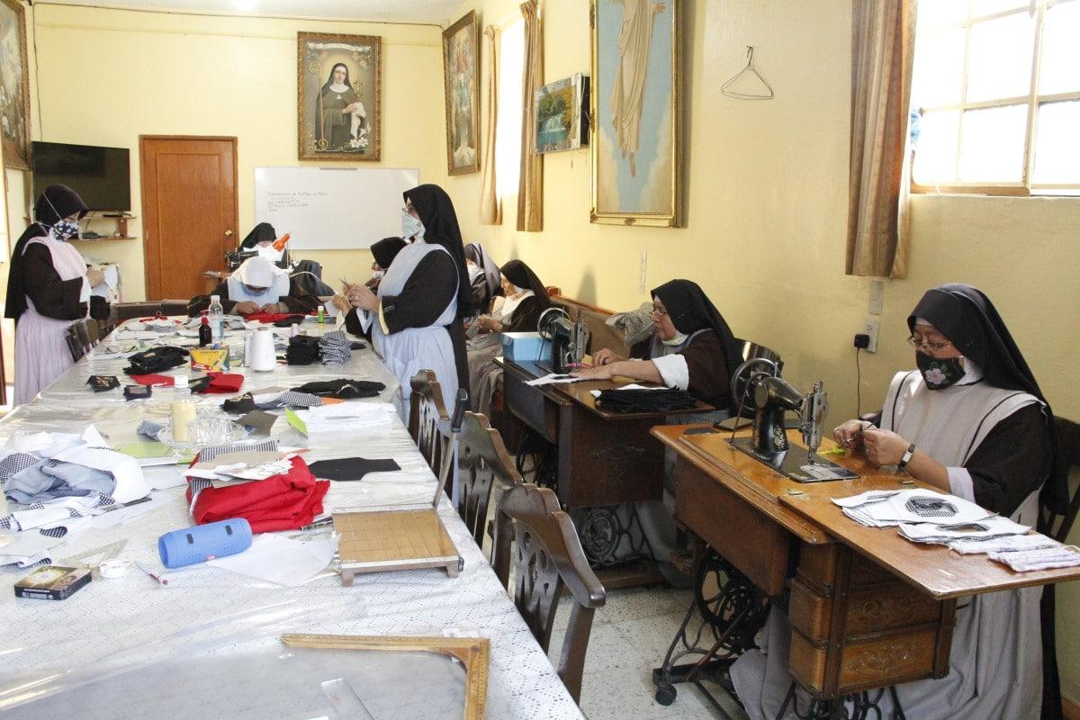 Las hermanas clarisas confeccionan cubrebocas para ayudarse económicamente durante la pandemia. Foto: Javier Juárez/DLF