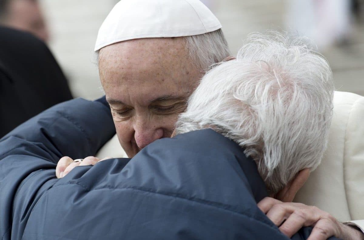 El Papa Francisco abraza a un adulto mayor. Foto: Vatican Media