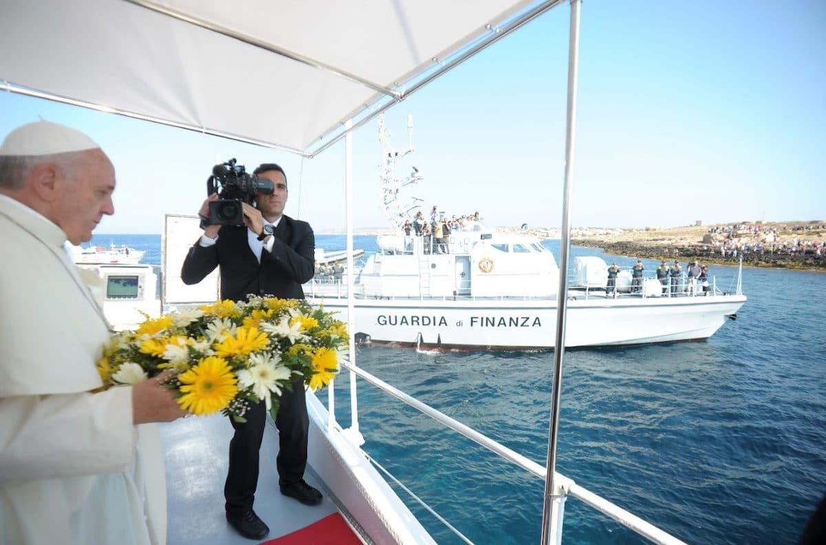 El Papa Francisco reza En Lampedusa por las víctimas de los naufragios. Foto: Vatican Media
