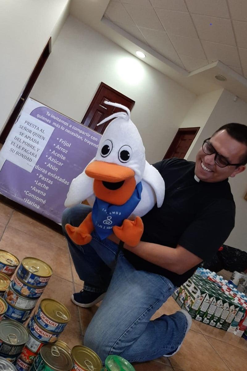 La parroquia recauda alimentos para repartir despensas. Foto: Cortesía P. Jesús Salinas