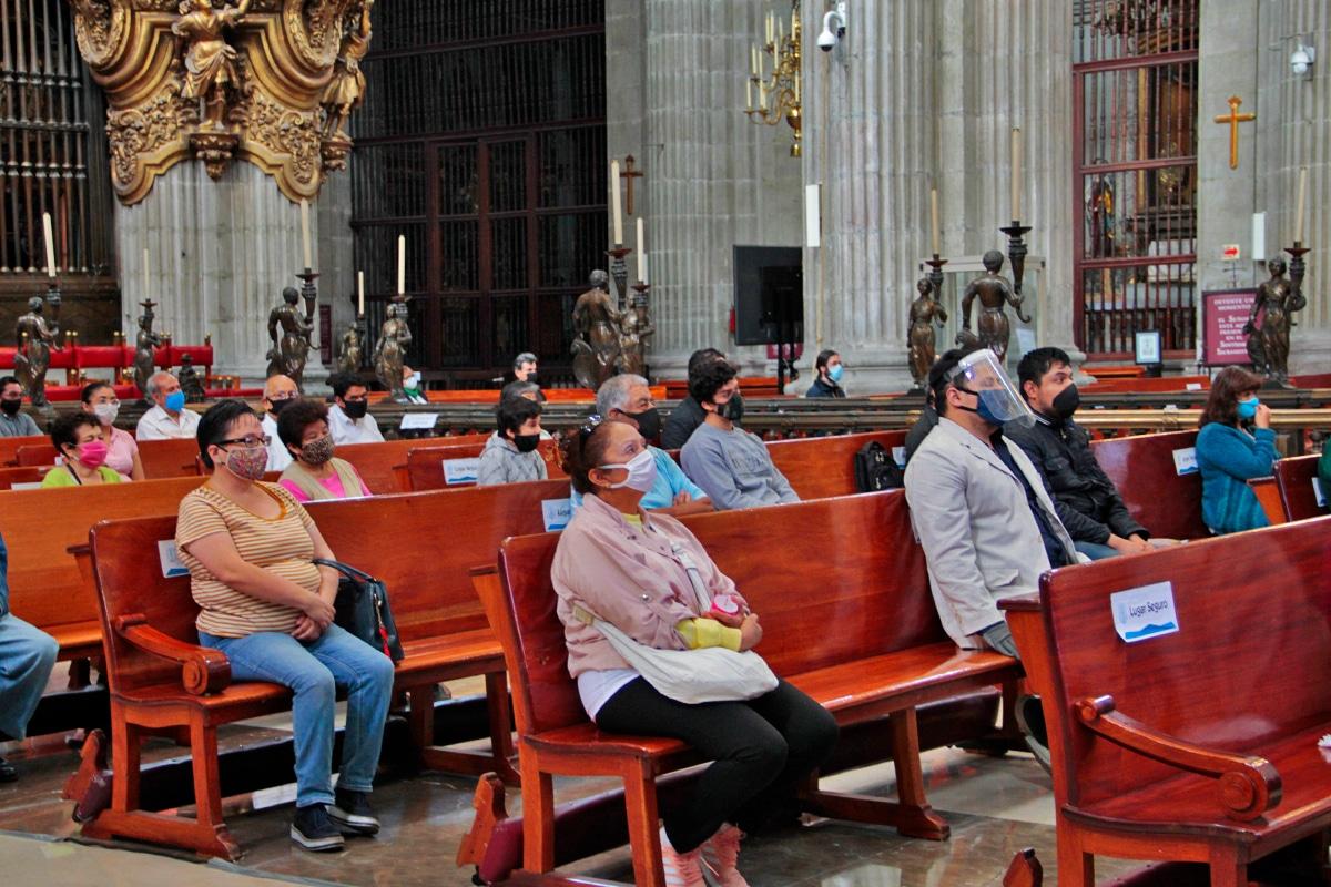 Los fieles respetaron la sana distancia en la Catedral Metropolitana. Foto: Alejandro García/Desde la fe.
