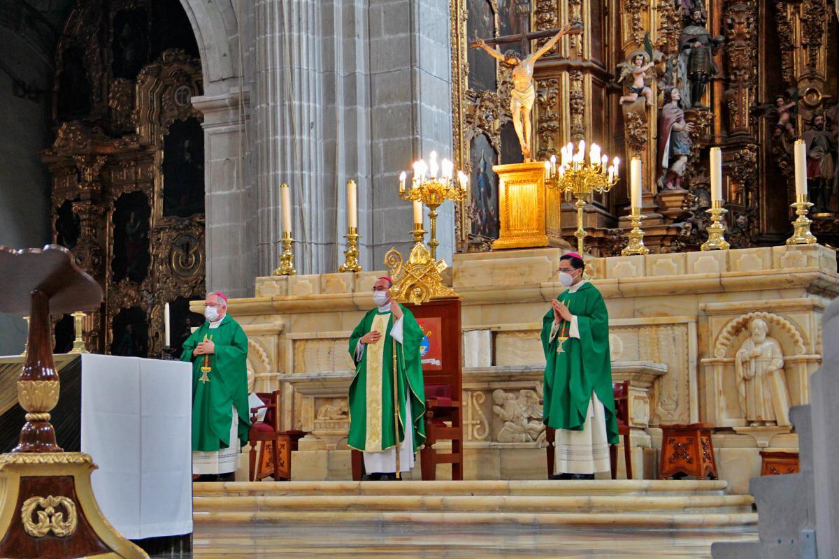 Los Obispos Auxiliares presidieron la primera Misa con fieles en Catedral tras la cuarentena por COVID-19. Foto: Alejandro García/Desde la fe.