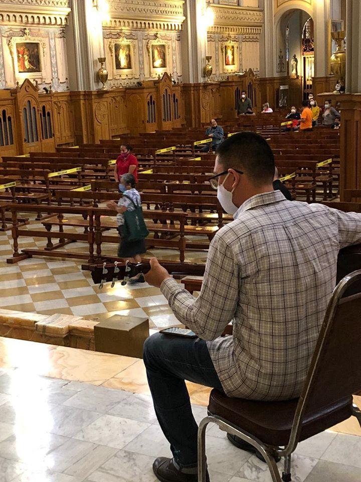 La Misa en la Sagrada Familia contó con acompañamiento musical con medidas de sanidad, como lo establece el protocolo de regreso. Foto: Sagrada Familia/Cortesía.