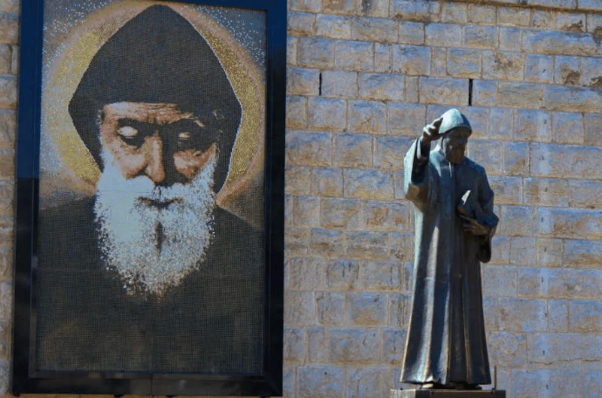 Imagen y estatua de San Charbel.