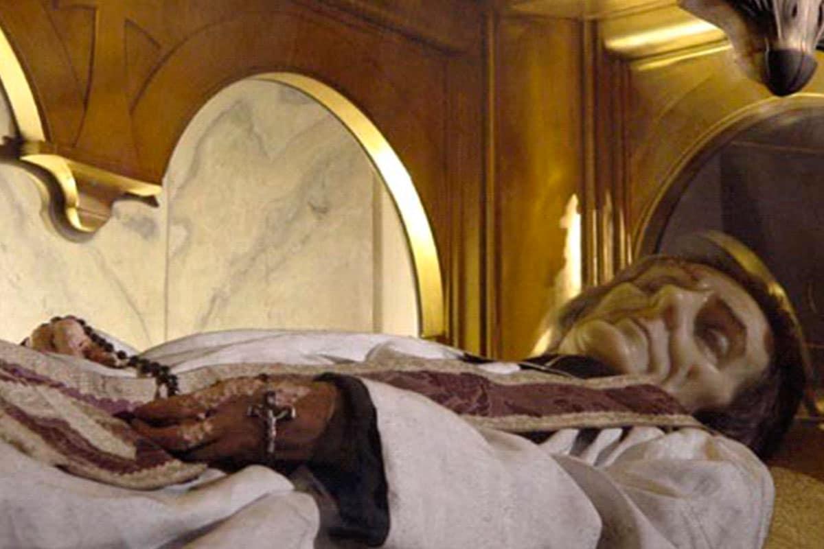 El cuerpo de san Juan María Vianney fue hallado incorrupto.