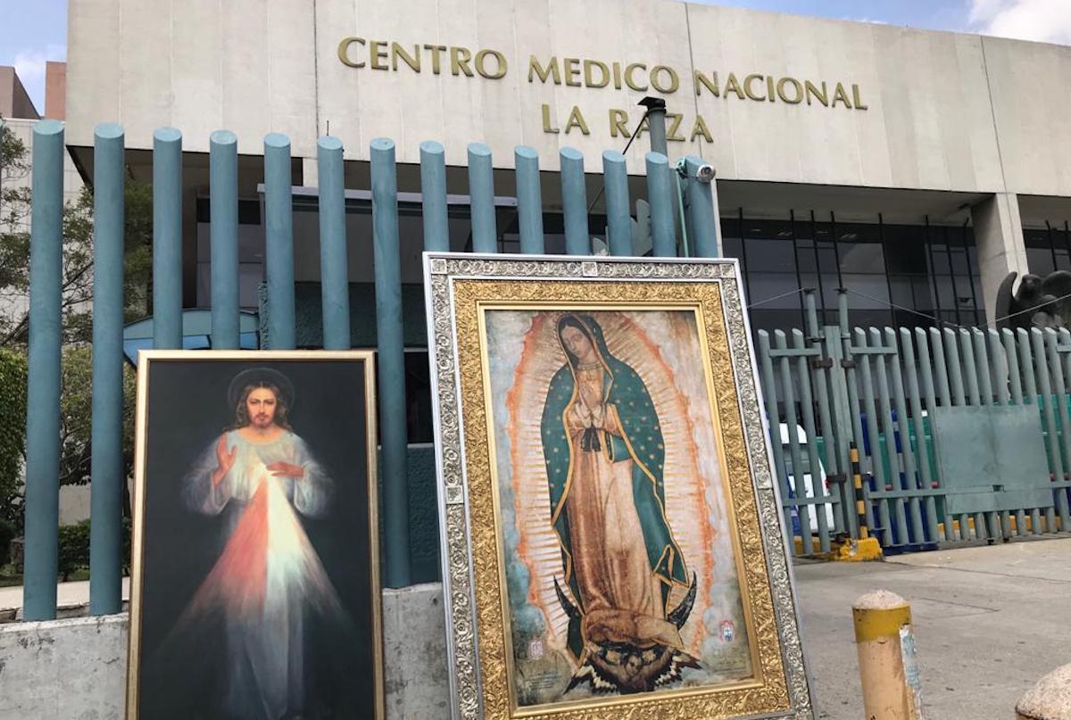 Una imagen de la Virgen de Guadalupe y del Señor de la Misericordia brindan consuelo a enfermos y sus familiares a las afueras del Hospital la Raza. Foto: Unión de Voluntades