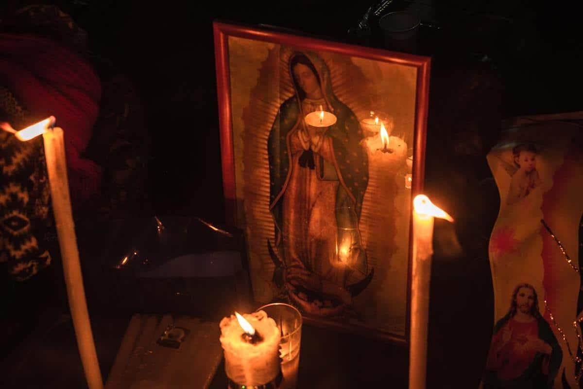 Veladoras iluminan una imagen de la Virgen de Guadalupe. Foto: Gustavo Rojas