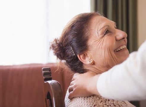 ¿Cómo mejorar tu comunicación con un adulto mayor?