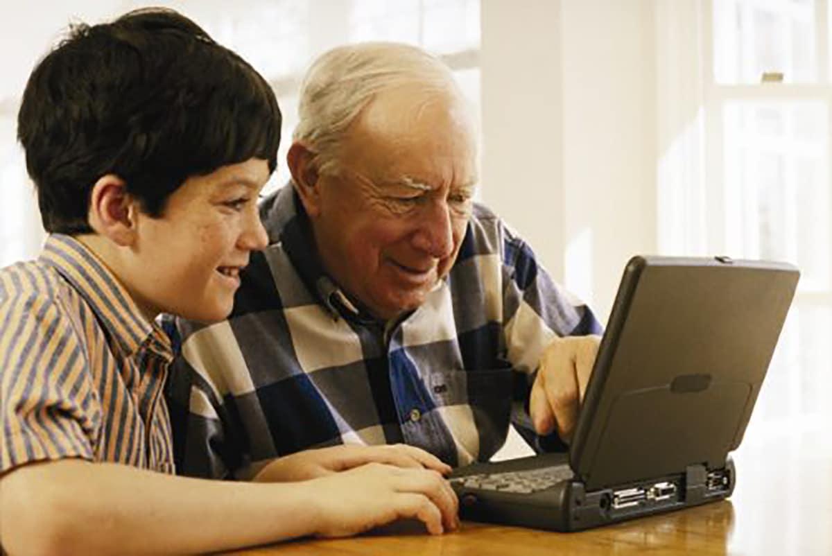 Enseñarles a usar tecnología es una de las actividades que podemos hacer con los abuelos. Foto:Chuck Savage/Corbis