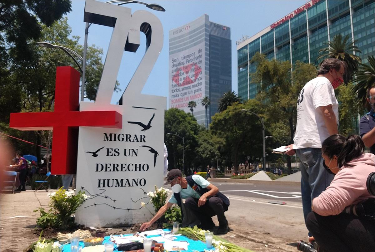 Ciudadanos colocaron un antimonumento en Reforma en memoria a los migrantes asesinados. Foto: @alexeter55/Twitter