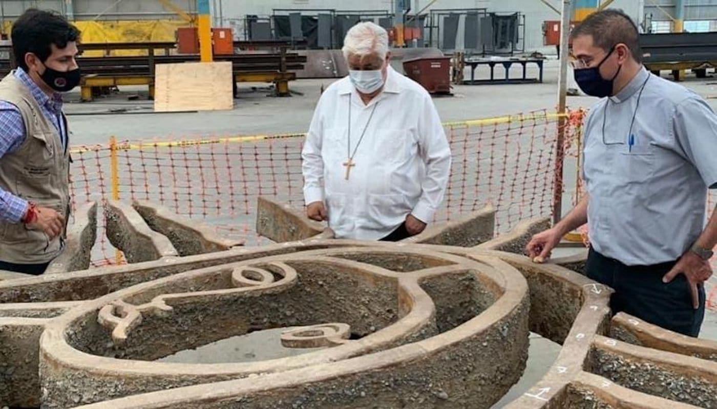 Mons. Rogelio Cabrera en el taller donde se restaura la escultura de la Virgen.
