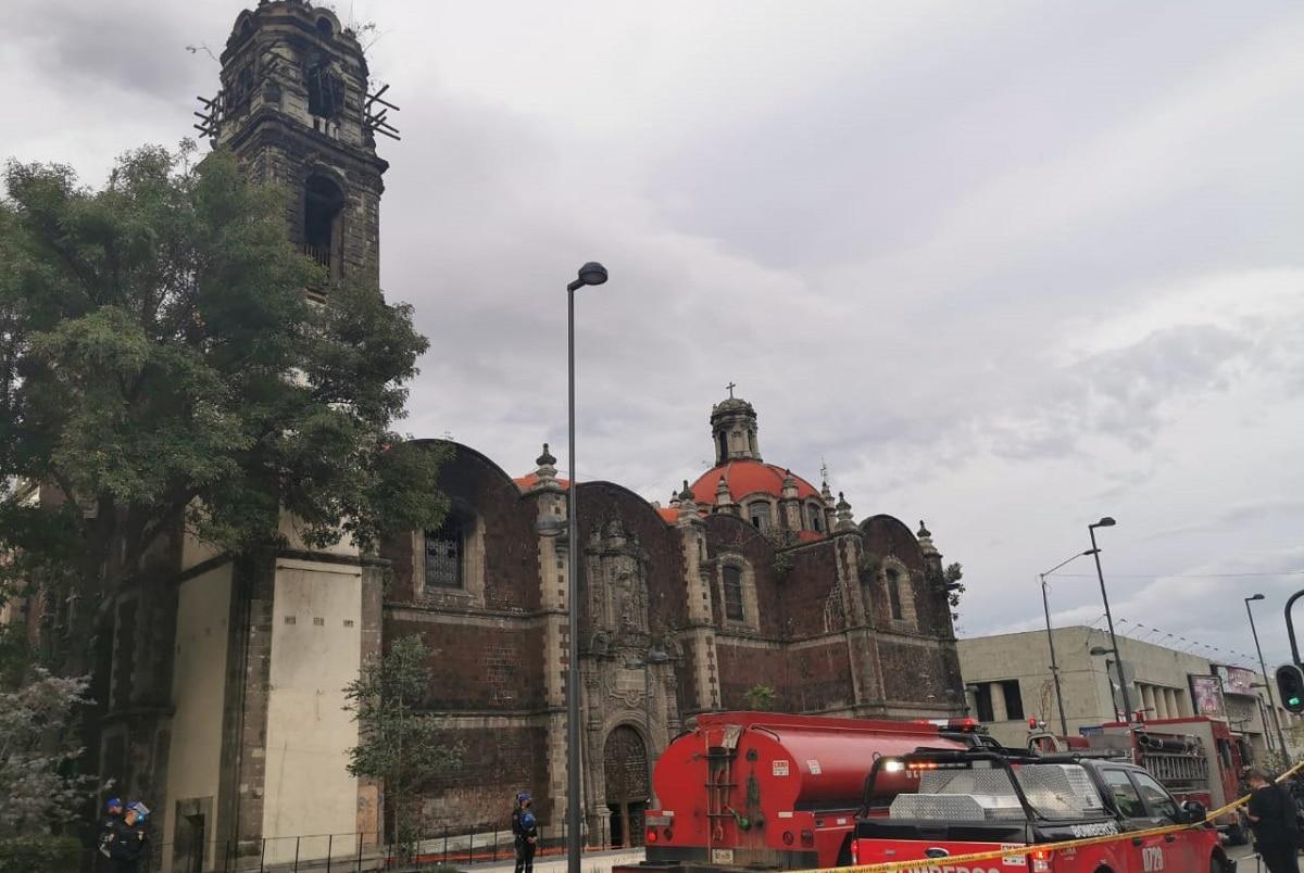 Bomberos afuera de la Iglesia de la Santa Veracruz. Foto: Desde la fe.