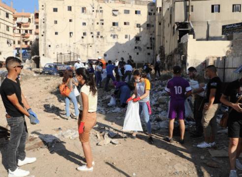 Jóvenes latinos se suman a la limpia de escombros en Beirut