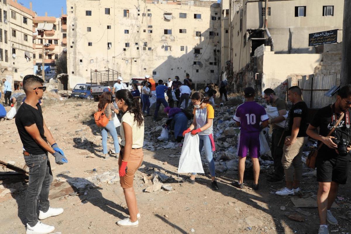 Jóvenes latinos, libaneses y paquistaníes hoy limpian Beirut.