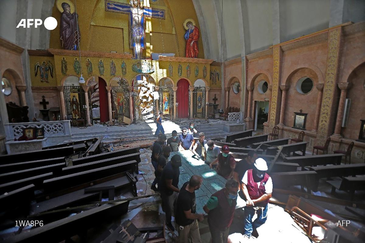 La agencia AFP compartió a través de su cuenta de Twitter fotos de los daños en una iglesia de Beirut, Líbano.