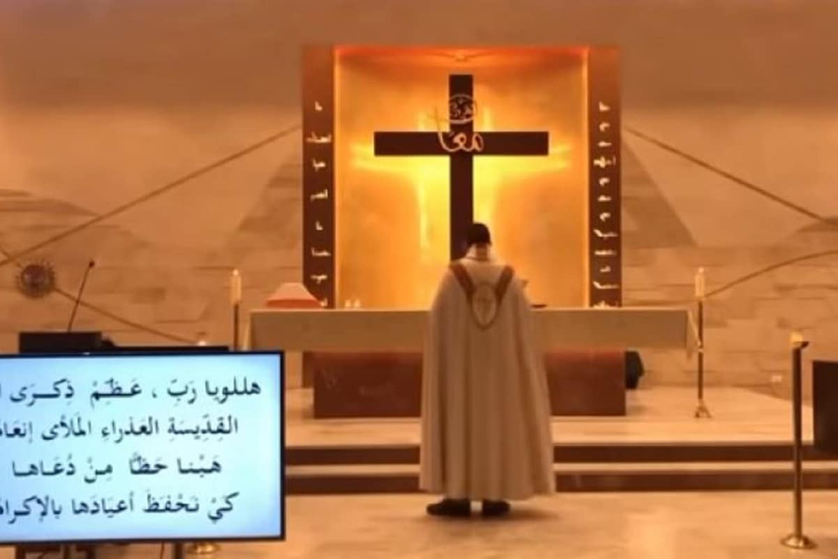 La Misa se grababa en vivo en la parroquia de San Maron Baouchrieh en Beirut, Líbano.