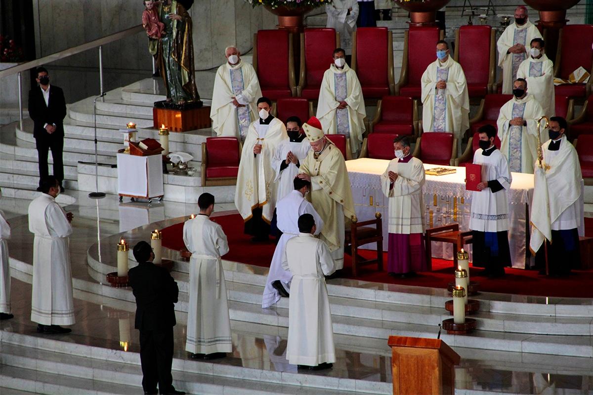 El Cardenal Carlos Aguiar Retes realiza la imposición de manos en los nuevos diáconos de la Arquidiócesis de México. Foto: Alejandro García