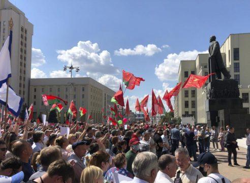 Fieles de Bielorrusia rezan el Padre Nuestro en medio de protestas
