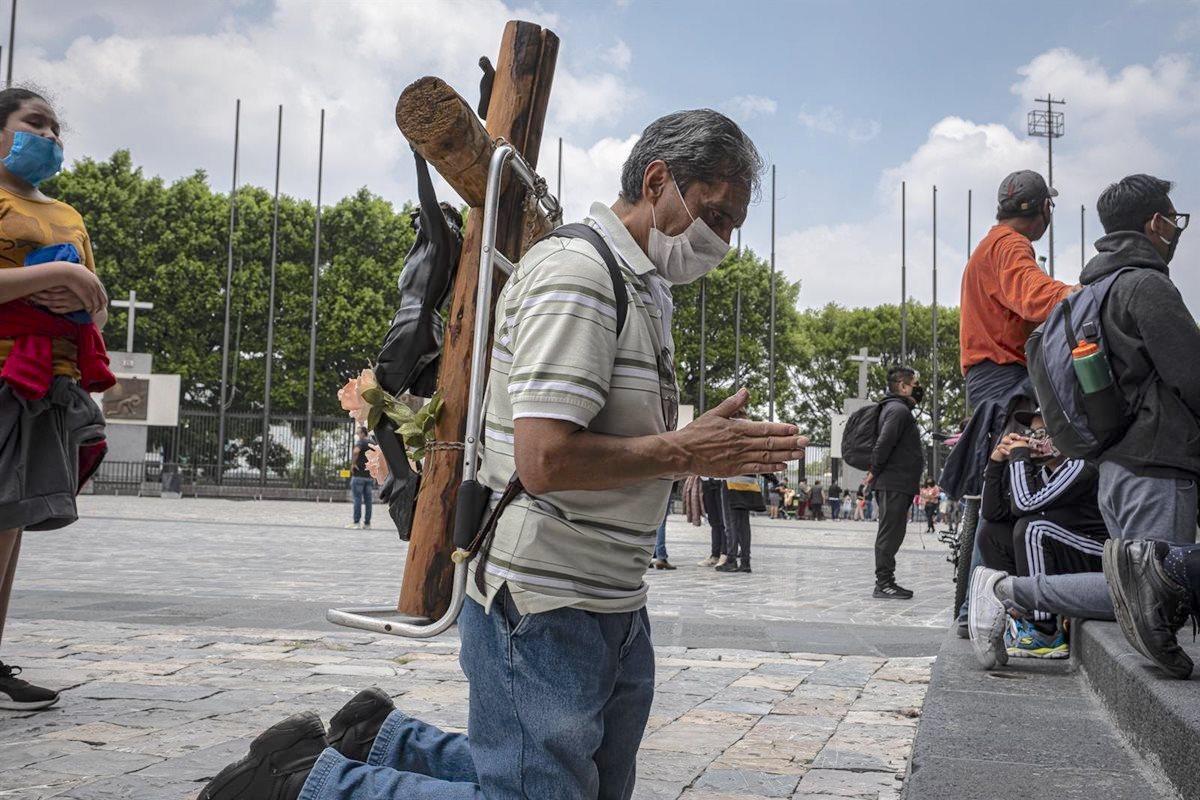 Fieles rezan en el Atrio de las Américas de la Basílica de Guadalupe. Foto: Especial