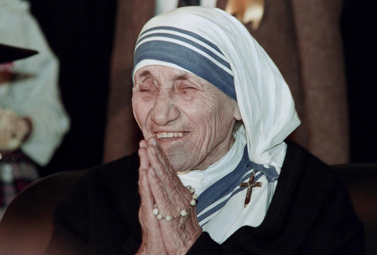 La Madre Teresa de Calcuta rezando el Rosario. Foto: AFP