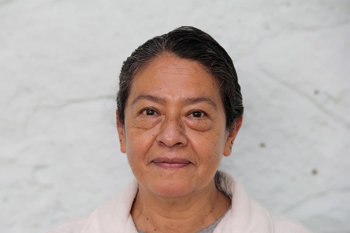 La señora María Elena recoge su despensa en la Parroquia María Reina de la Paz, en la Ciudad de México, y sede del Centro de Hospitalidad y Cáritas Emergencias de la Arquidiócesis de México. Foto Alejandro García / DLF