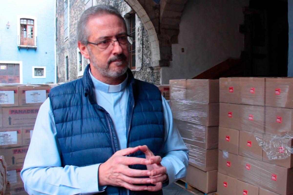 El sacerdote misionero Ángel Luis Lorente colabora en la entrega de despensas en la Arquidiócesis de México. Foto: Desde la fe.