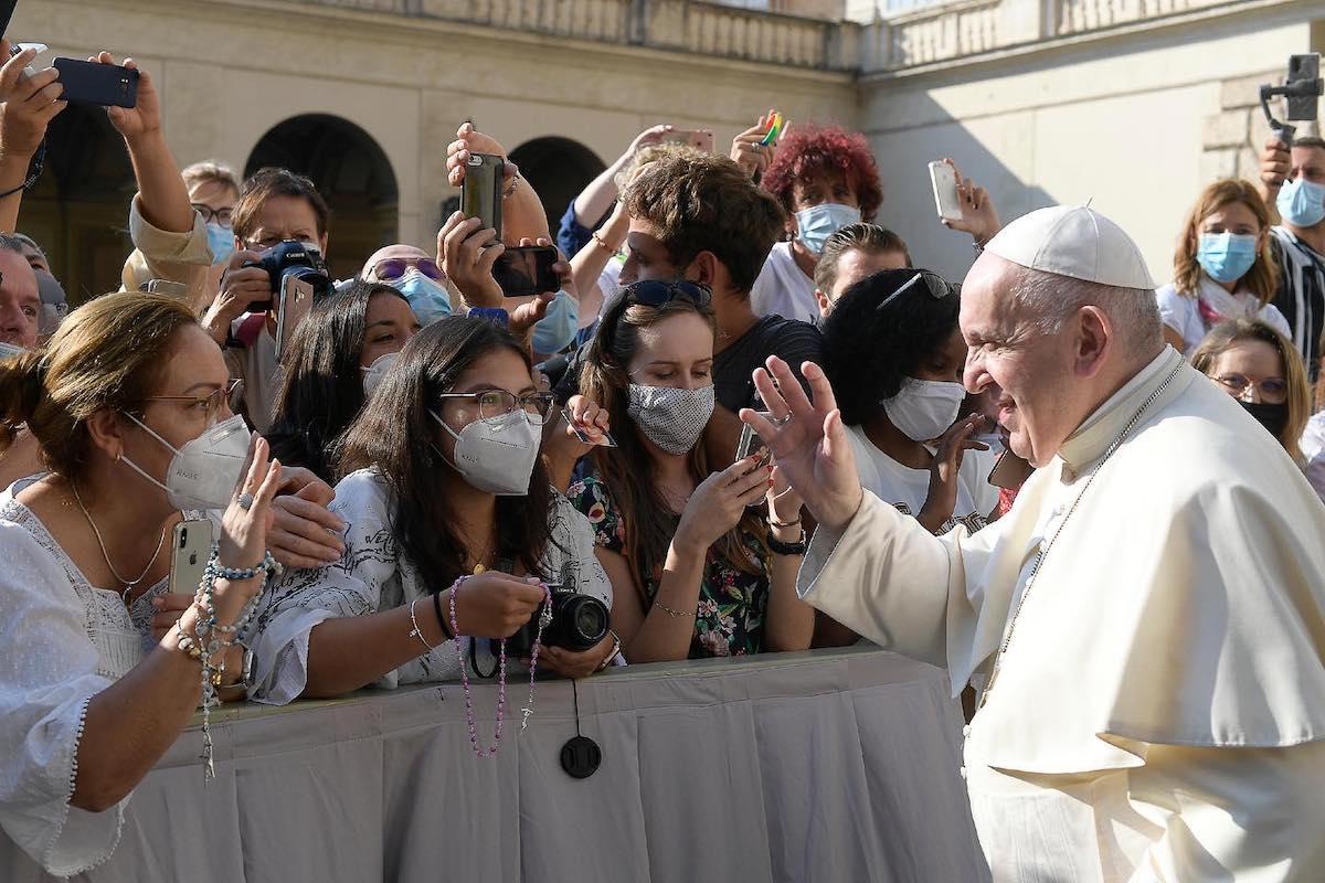 El Papa Francisco saluda a los feligreses en la Audiencia General. Foto: Vatican Media