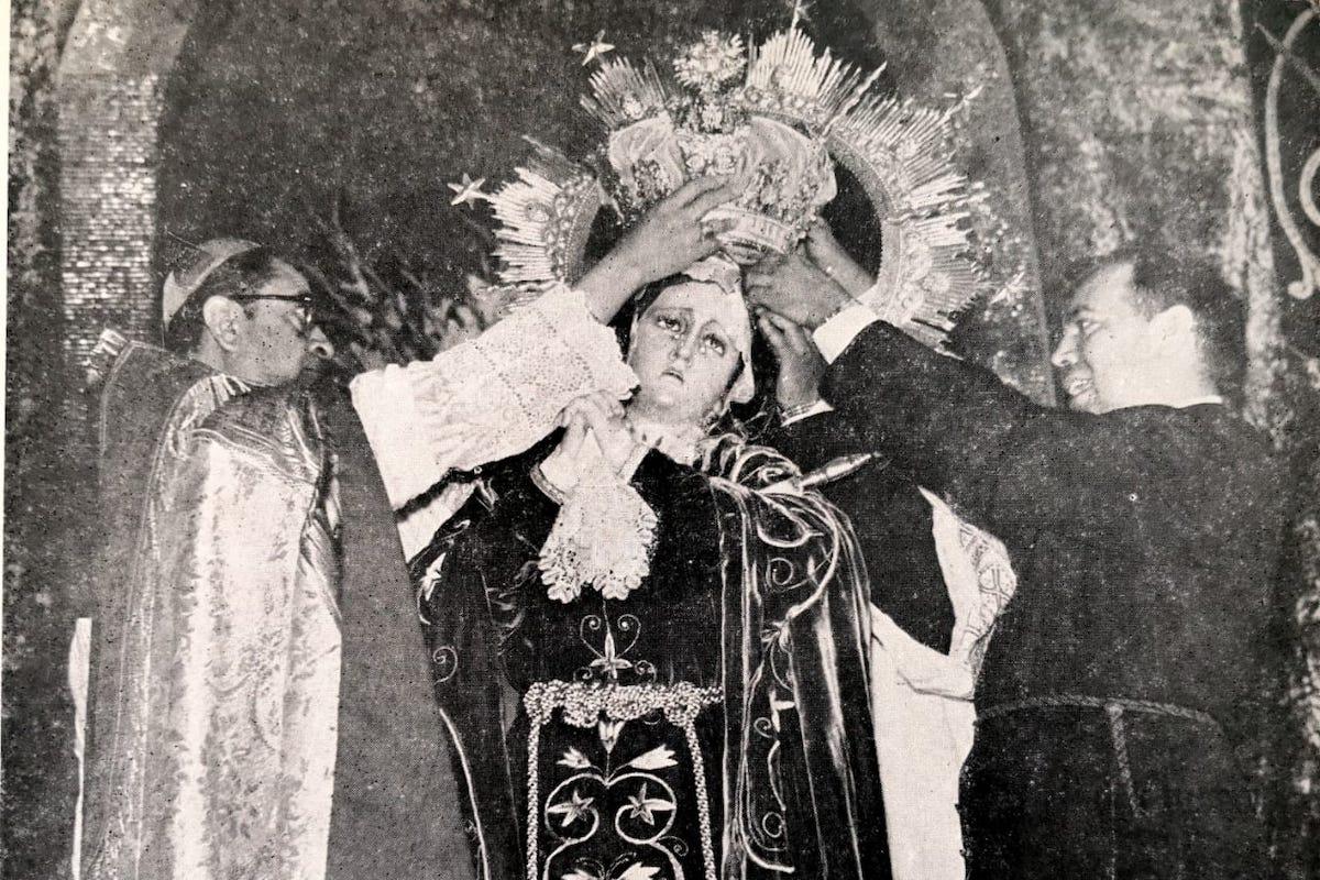 La coronación pontificia de Nuestra Señora del Consuelo, que representa a la Virgen de Dolores. El Cardenal Darío Miranda con el entonces párroco de la Parroquia Josefina del Espíritu Santo.