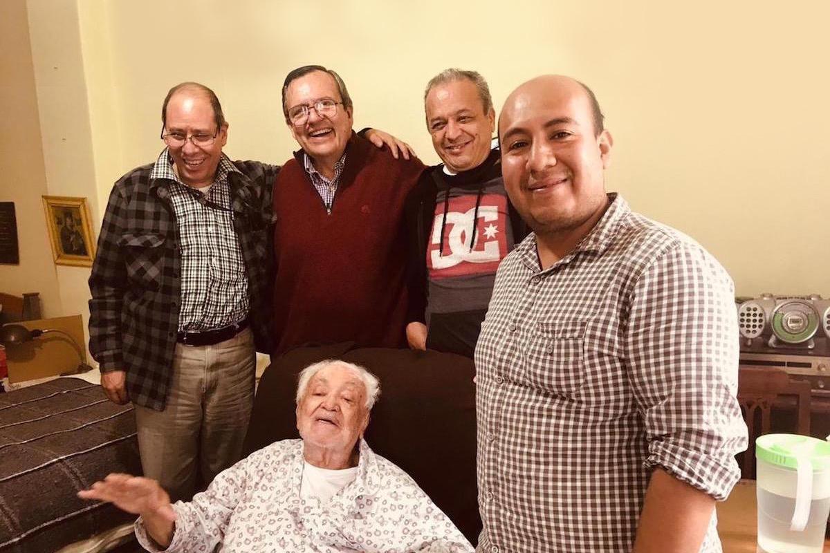 El padre José Olivares (centro) agradece a Dios por 3 valiosos regalos de la vida.