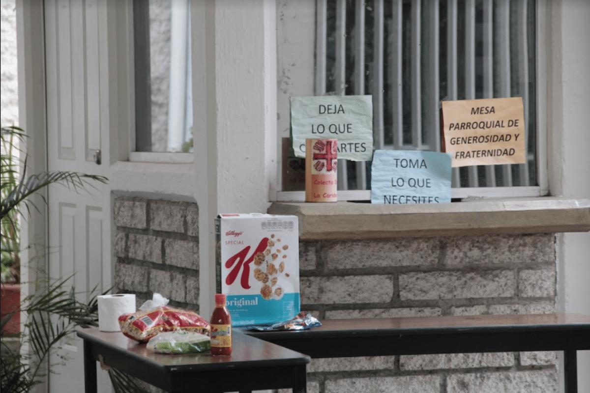 La mesita de la solidaridad nutre a las personas que viven en la calle. Foto: Alejandro García