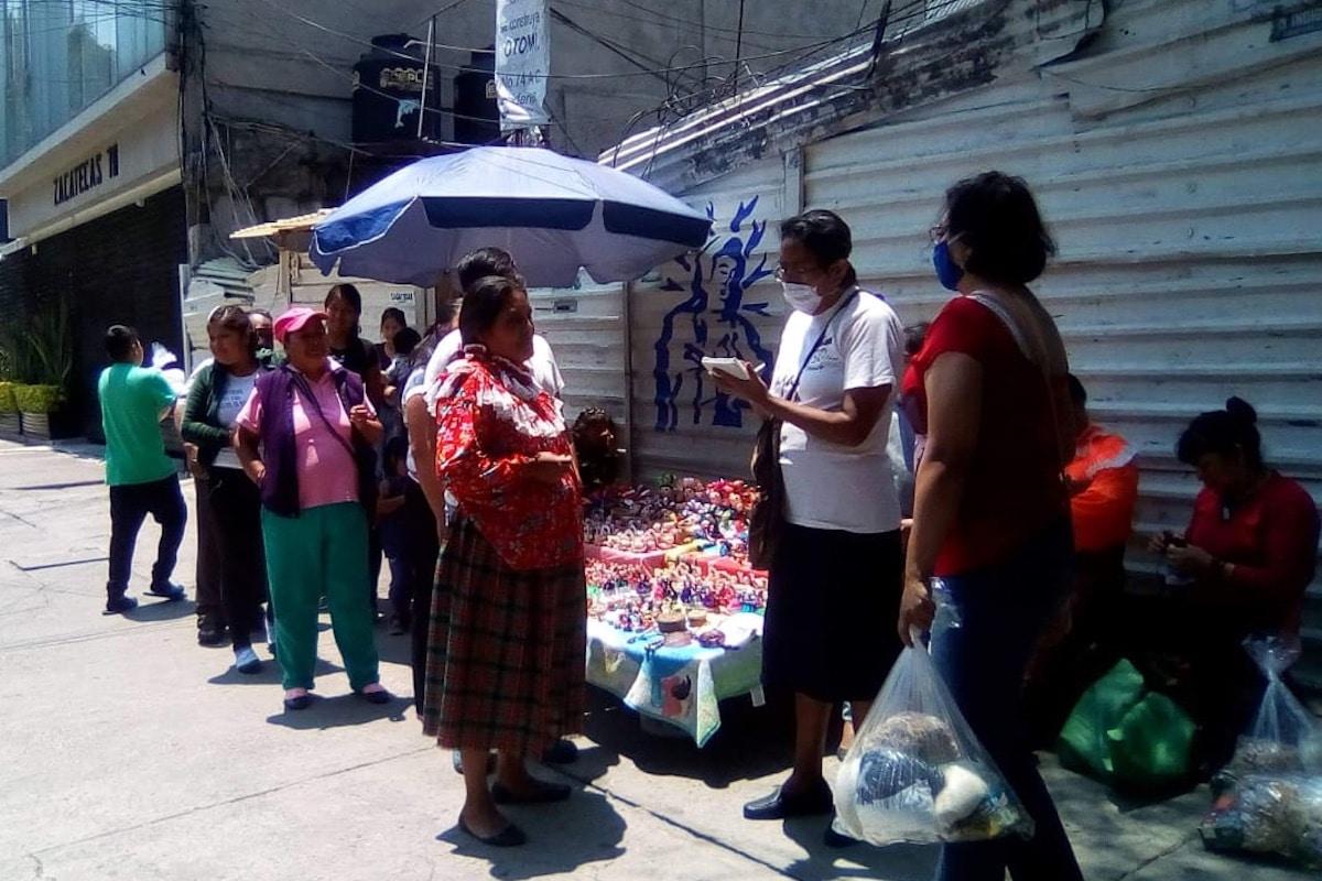 La hermana Juana Romero entrega personalmente despensas a 50 familias otomíes en CDMX. Foto: Cortesía hermana Juana.
