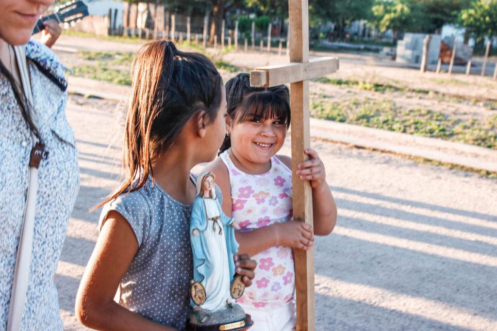En la familia, los niños pueden aprender a crecer en la fe. Foto: Cathopic